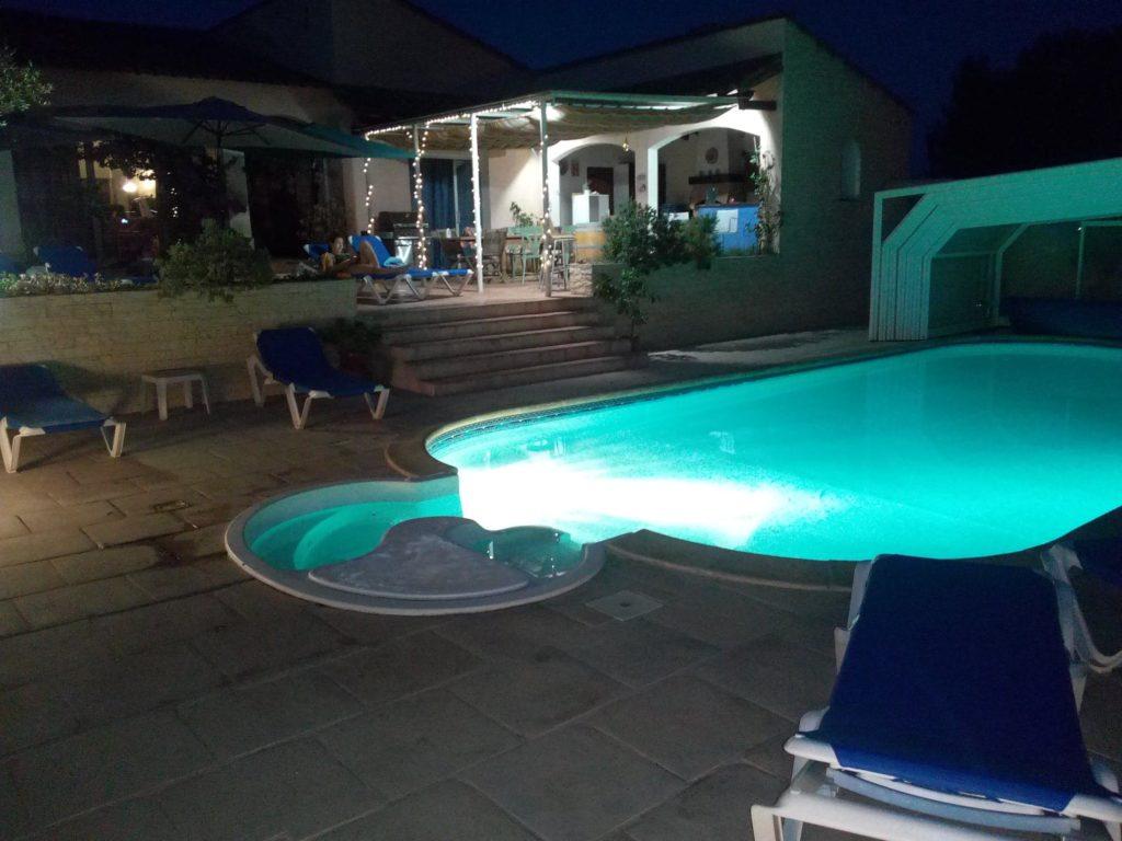 piscine éclairée de nuit
